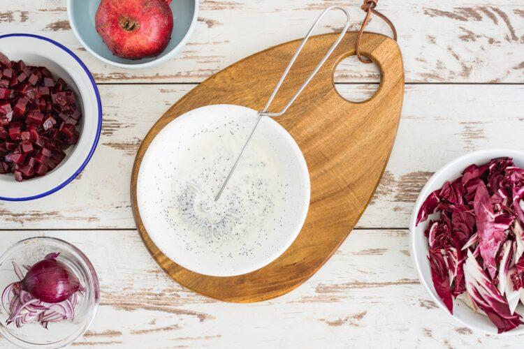 Sałatka z buraków i sałaty radicchio z jogurtowo-makowym dressingiem - Krok 4