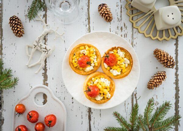 Tartaletki serowe z kukurydzą i pomidorami