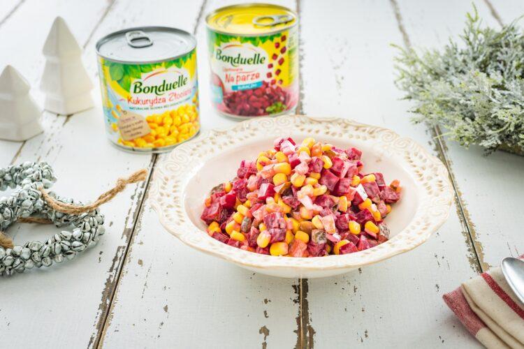 Sałatka z buraczków z kukurydzą i kiszonym ogórkiem