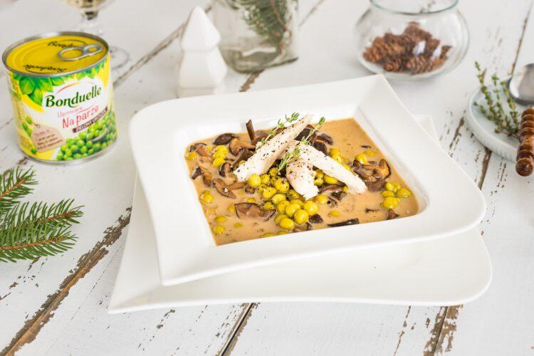 Zupa grzybowa z groszkiem i wędzonym dorszem
