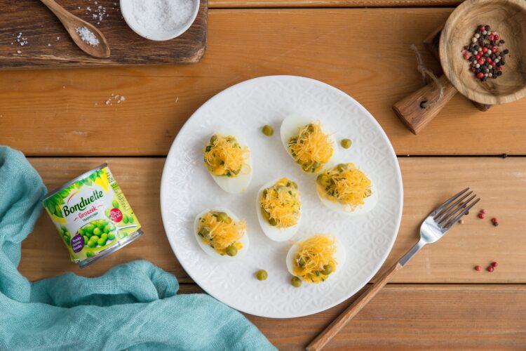 Jajka faszerowane serem i groszkiem
