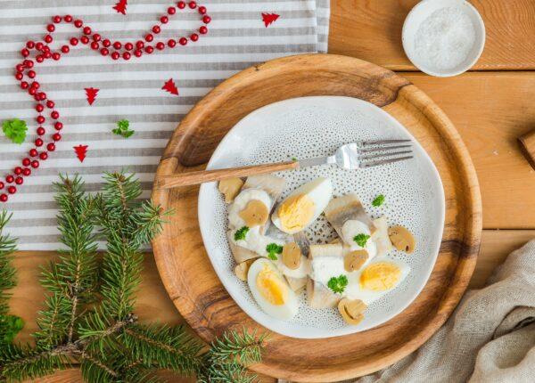 Śledzie w sosie chrzanowym z pieczarkami i jajkiem