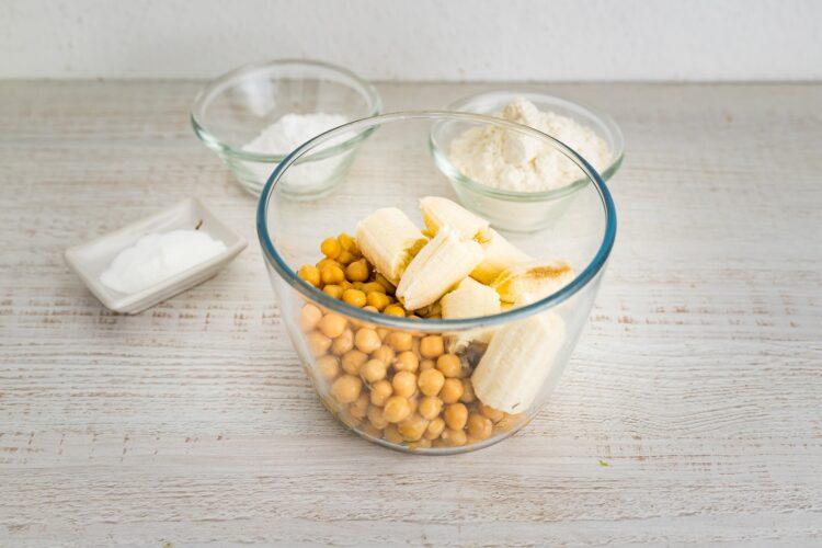 Pączuszki z ciecierzycy i bananów z cytrynowym lukrem - Krok 1