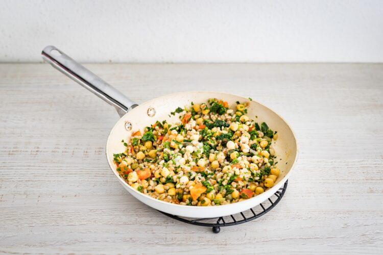 Szybki omlet białkowy z kaszą z warzywami i szynką - Krok 1