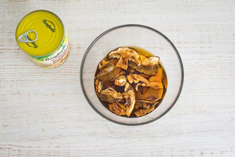Klasyczny ros贸艂 z kury z pulpecikami z fasoli z suszonymi grzybami - Krok 2