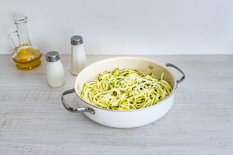 Cukiniowe spaghetti z ciecierzycą i sezamem - Krok 2