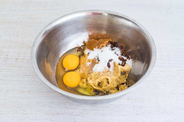 Ciasto marchewkowe z ciecierzycy z kremem chałwowym - Krok 2