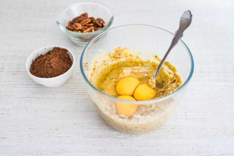 Bezglutenowe ciasto z ciecierzycy z daktylami i orzechami - Krok 2