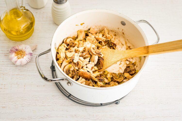 Zapiekanka z kurczakiem i czerwoną fasolą pod purée ziemniaczanym - Krok 2