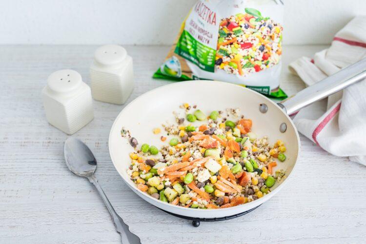 Lunchbox: kasza z warzywami z wędzonym łososiem i gotowanym jajkiem - Krok 3