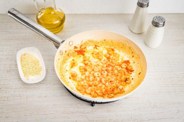 Kasza z warzywami i krewetkami koktajlowymi z sezamem i chili - Krok 3