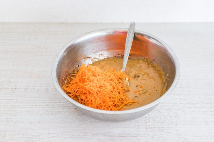 Ciasto marchewkowe z ciecierzycy z kremem chałwowym - Krok 3