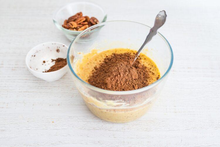 Bezglutenowe ciasto z ciecierzycy z daktylami i orzechami - Krok 3