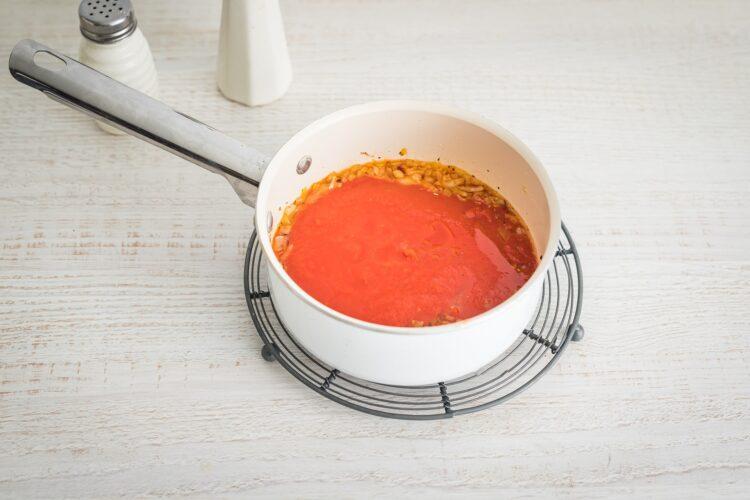 Gołąbki z ryżem, mieloną wołowiną i czerwoną fasolą w sosie pomidorowym - Krok 4
