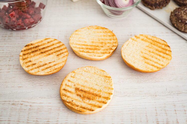 Klasyczny burger wołowy z kozim serem i buraczkami - Krok 4