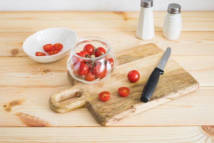 Sałatka z czarnej fasoli i selera z tuńczykiem i pomidorkami - Krok 4