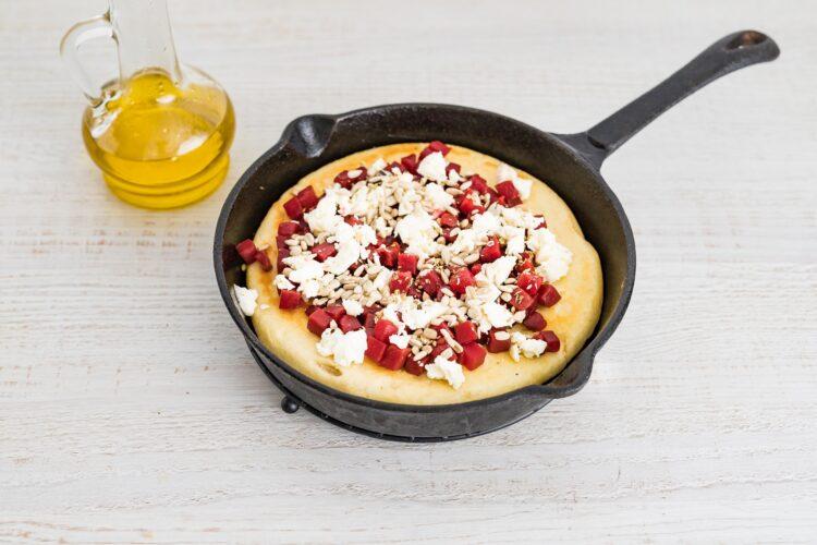 Pizza z patelni z buraczkami, fetą i ziarnami słonecznika - Krok 4