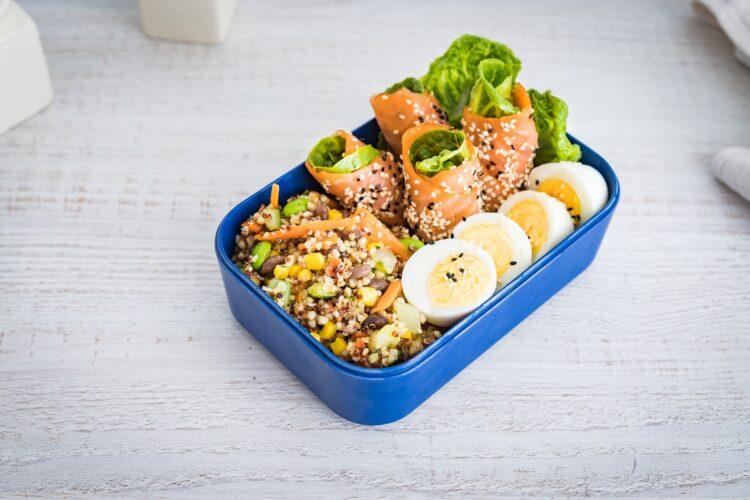 Lunchbox: kasza z warzywami z wędzonym łososiem i gotowanym jajkiem - Krok 5