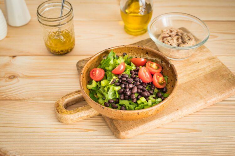 Sałatka z czarnej fasoli i selera z tuńczykiem i pomidorkami - Krok 5
