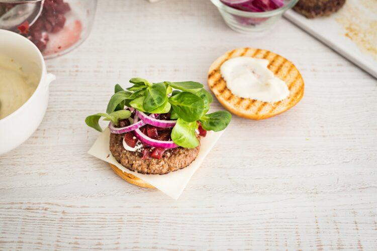 Klasyczny burger wołowy z kozim serem i buraczkami - Krok 5