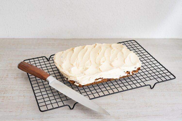 Ciasto marchewkowe z ciecierzycy z kremem chałwowym - Krok 5