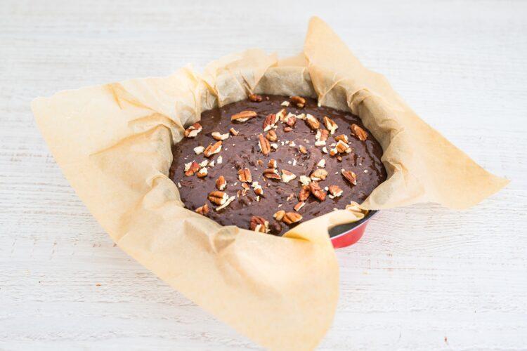 Bezglutenowe ciasto z ciecierzycy z daktylami i orzechami - Krok 5
