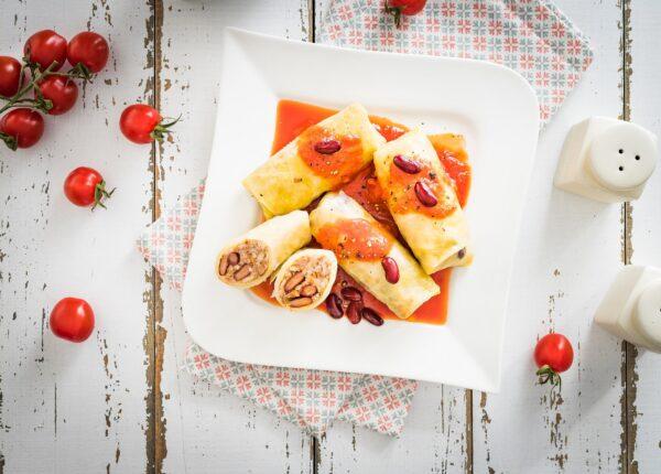 Gołąbki z ryżem, mieloną wołowiną i czerwoną fasolą w sosie pomidorowym