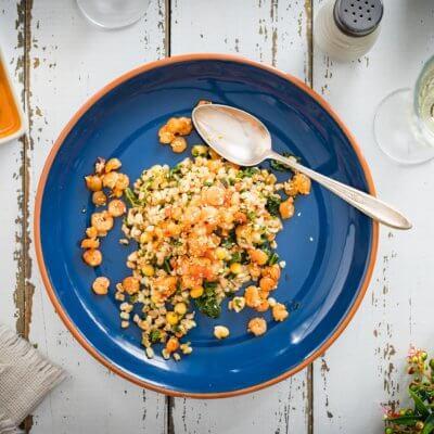 Kasza z warzywami i krewetkami koktajlowymi z sezamem i chili