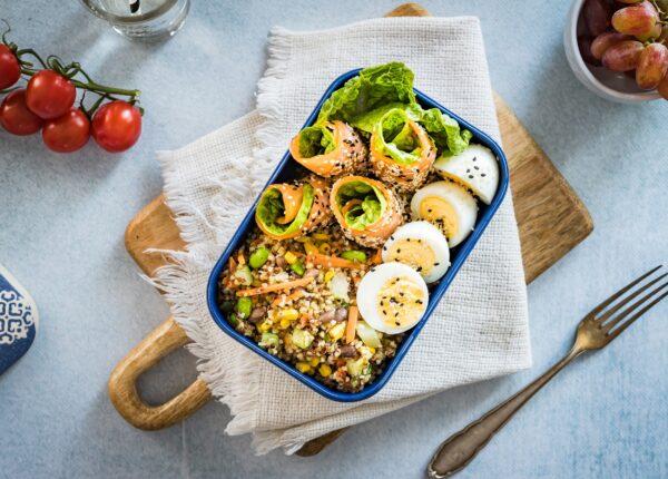 Lunchbox: kasza z warzywami z wędzonym łososiem i gotowanym jajkiem