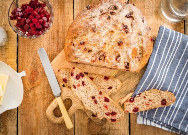 Chleb razowy z buraczkami i orzechami