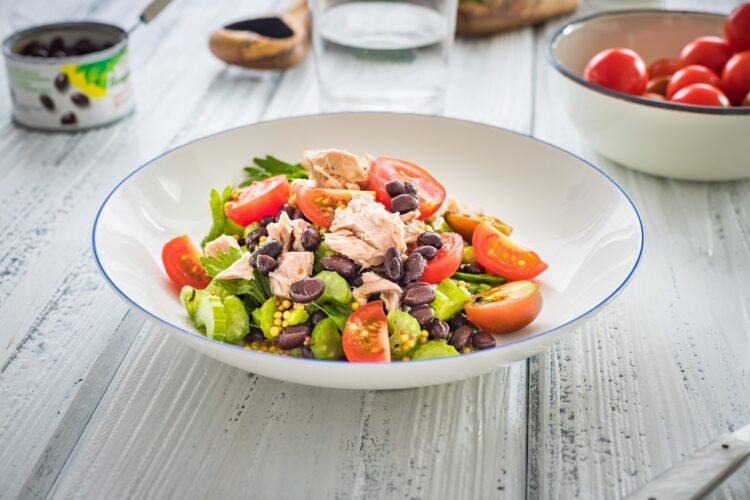 Sałatka z czarnej fasoli i selera z tuńczykiem i pomidorkami