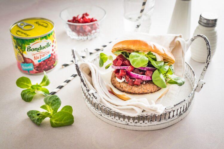 Klasyczny burger wołowy z kozim serem i buraczkami