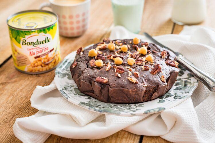 Bezglutenowe ciasto z ciecierzycy z daktylami i orzechami