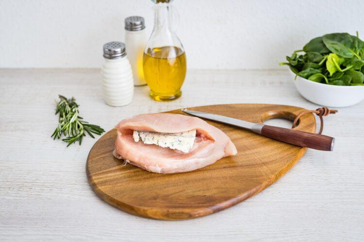 Pier艣 kurczaka faszerowana gorgonzol膮 z sa艂atk膮 z buraczk贸w i szpinaku - Krok 1