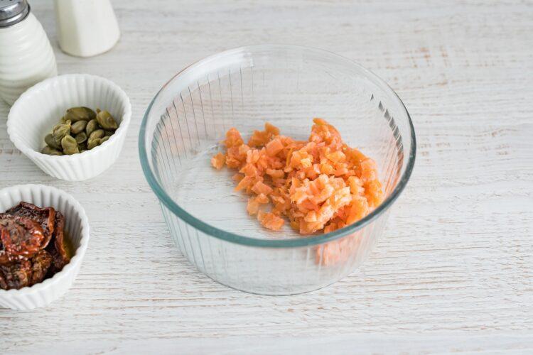 Tatar z łososia z kaparami, suszonymi pomidorami i groszkiem - Krok 1