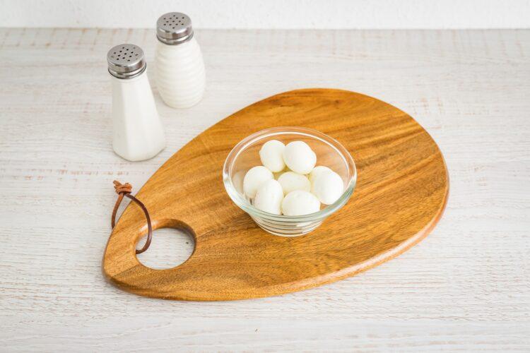 Galaretki drobiowe z jajkiem przepiórczym i groszkiem - Krok 2