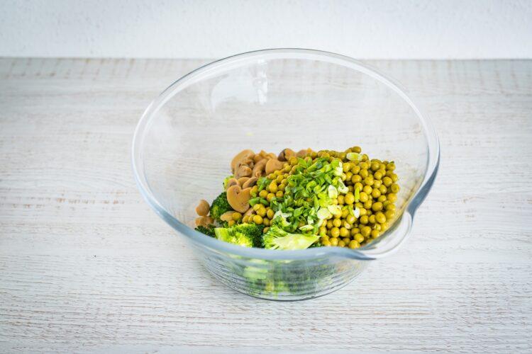 Sałatka z pieczarek z brokułami i groszkiem - Krok 2