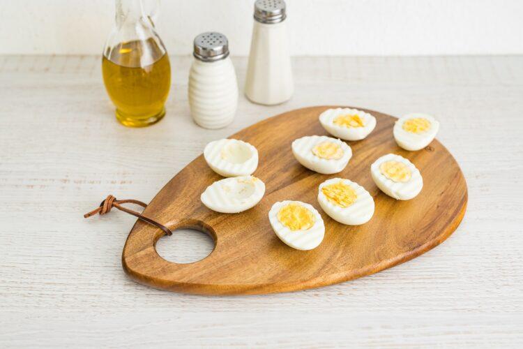 Jajka faszerowane cukinią z fetą i groszkiem - Krok 2