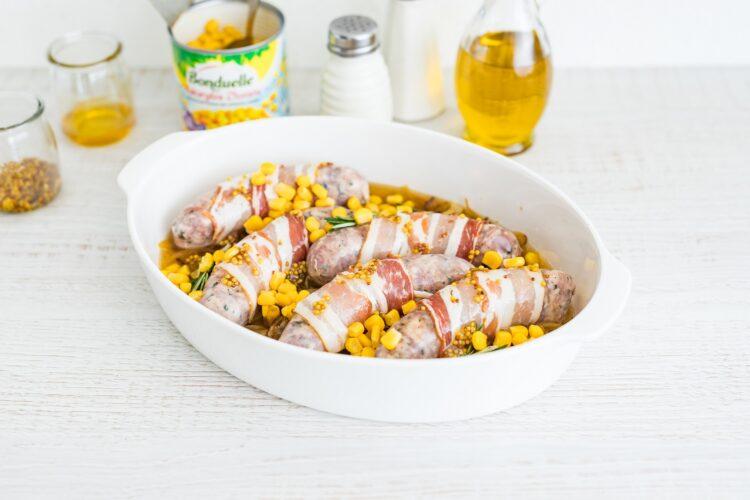 Biała kiełbasa pieczona w boczku z kukurydzą - Krok 4