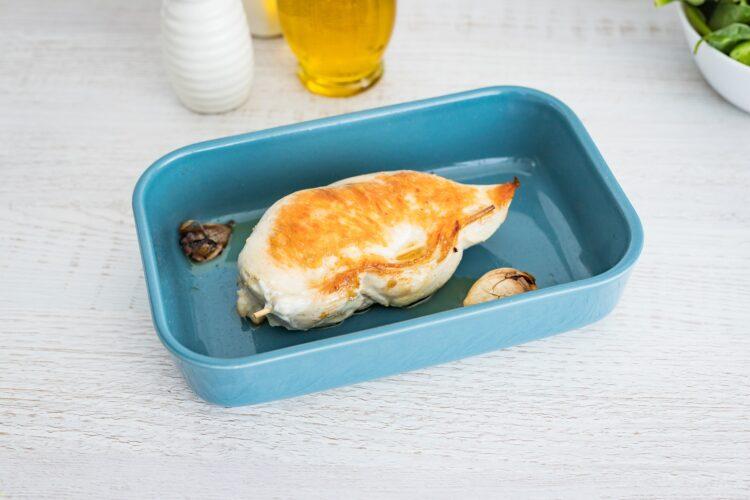 Pier艣 kurczaka faszerowana gorgonzol膮 z sa艂atk膮 z buraczk贸w i szpinaku - Krok 4
