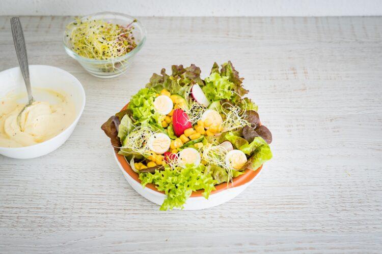 Sałatka wiosenna z jajkiem przepiórczym i kiełkami - Krok 5