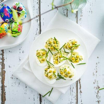 Jajka faszerowane cukinią z fetą i groszkiem