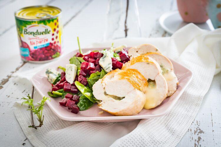 Pier艣 kurczaka faszerowana gorgonzol膮 z sa艂atk膮 z buraczk贸w i szpinaku