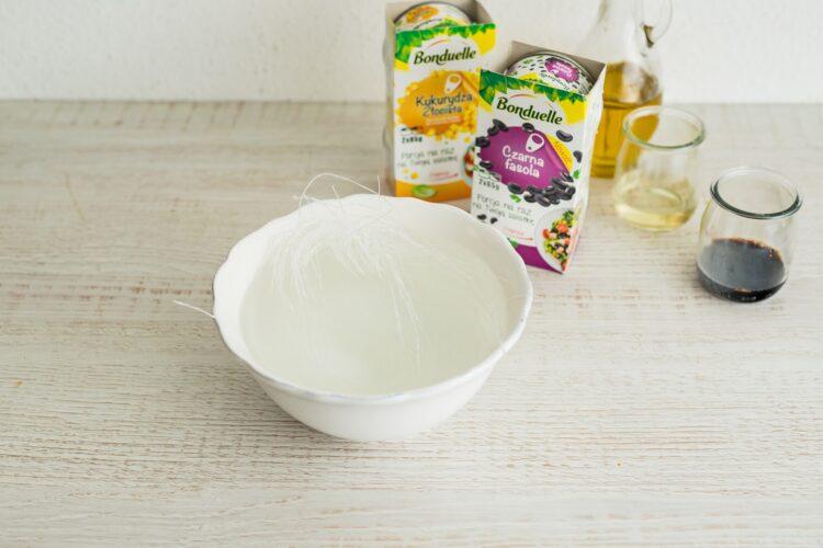 Tęczowa sałatka z makaronem ryżowym - Krok 1