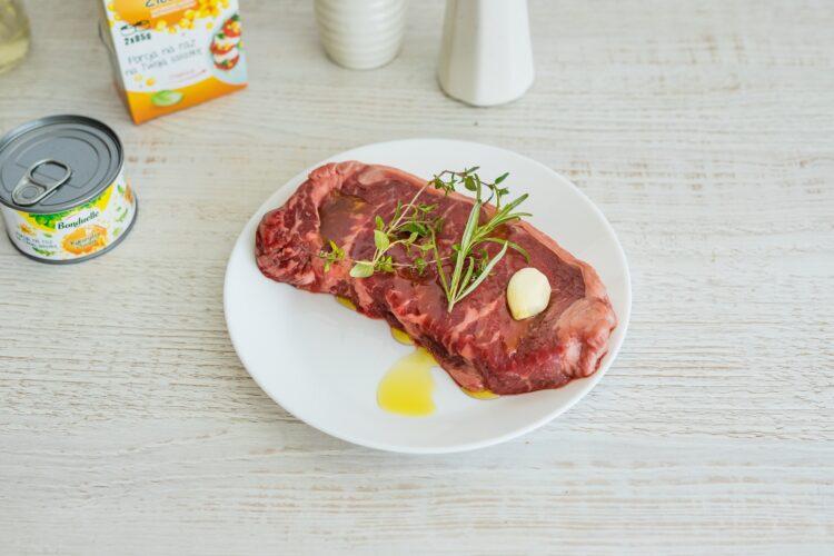 Włoska sałatka z pomidorów i chleba z kukurydzą i stekiem - Krok 1