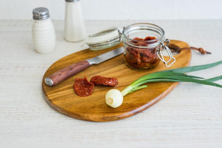 Grillowane szparagi z jajkiem, suszonymi pomidorami i groszkiem - Krok 2