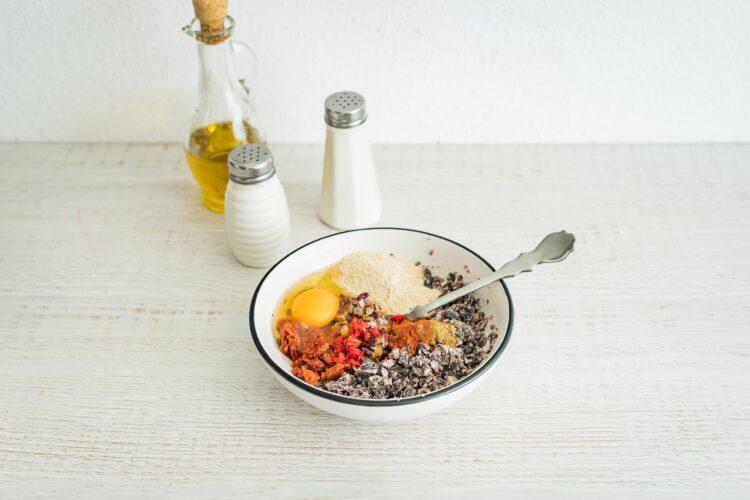 Burgery z czarnej fasoli z suszonymi pomidorami i tapenadÄ… z oliwek - Krok 2