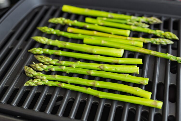 Grillowane szparagi z jajkiem, suszonymi pomidorami i groszkiem - Krok 3