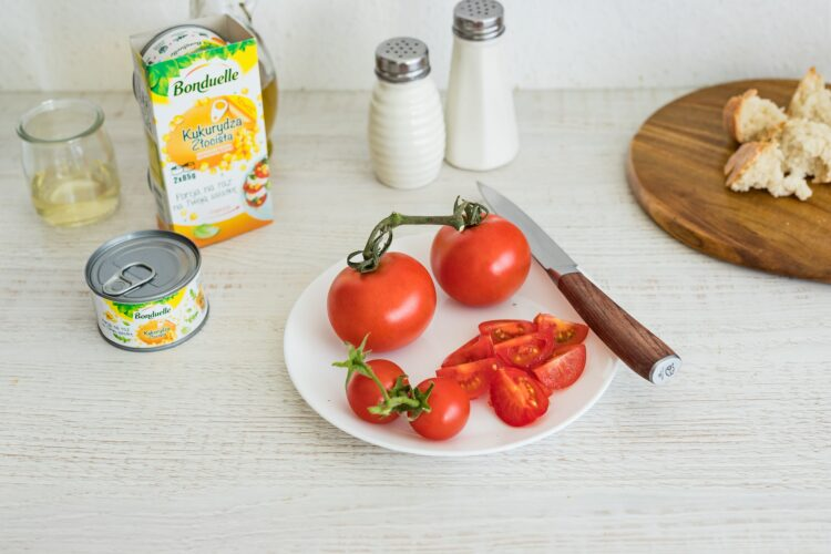 Włoska sałatka z pomidorów i chleba z kukurydzą i stekiem - Krok 3