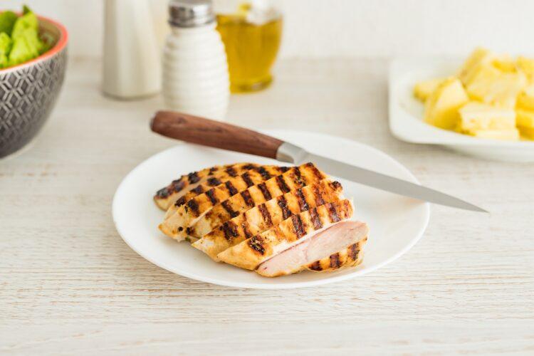 Sałatka z kurczakiem, ananasem i czarną fasolą - Krok 4